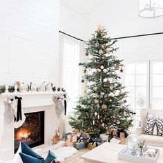 The Best Farmhouse Christmas Inspiration Merry Christmas Eve, Christmas Mood, Noel Christmas, Modern Christmas, Little Christmas, All Things Christmas, Minimalist Christmas, Christmas Tables, Christmas Shopping