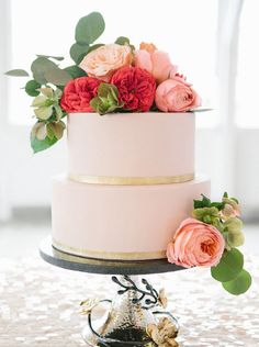 Blush and Gold Two Tier Wedding Cake / torta de novios de dos pisos en rosa y dorado