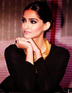 Sonam looks so elegant and pretty here. And I am a HUGE fan of the black and gold combo :)