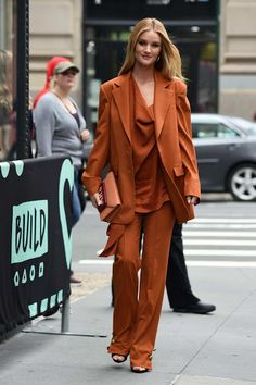 Rosie Huntington-Whiteley celbrity street style fashion wears orange ensemble while visiting AOL Build Series in New York City New Outfits, Stylish Outfits, Suit Fashion, Fashion Outfits, Kylie Jenner Outfits, Kendall Jenner, Star Clothing, Rosie Huntington Whiteley, Fashion Lookbook