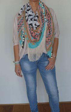 Sjaal met franjes en bolletjes is verkrijgbaar in onze webshop www.hipmoments.nl! #sjaal #shawl #fashion