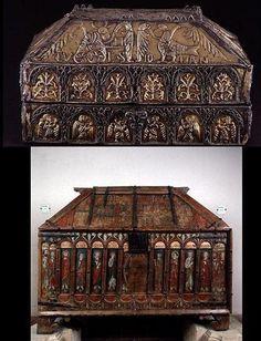 La arqueta superior es la de San Genaro,fechada en 909,donada por Alfonso XII y la inferior es un arcon romanico del siglo XI  Catedral de Leon-España