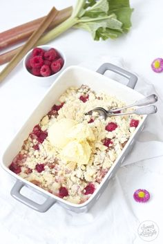 Rhabarber Crumble mit Vanilleeis // rhubarb crumble with vanilla ice cream // Sweets and Lifestyle
