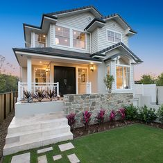 How gorgeous is this home in Brisbane! Perfect Australian Hamptons Style home right here😍.so much charm and character. Make sure to swipe ➡️ to take a tour. Spotted on build by . Hamptons Style Homes, The Hamptons, Exterior House Colors, Exterior Design, Weatherboard House, Queenslander, Br House, Suburban House, Facade House
