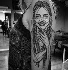 Tatuagem feita por Ricardo da Maia de Curitiba.  Mulher sorrindo em preto e cinza.  #tattoo #tatuagem #tatuaje #art #arte #tattoo2me #blackwork #sketch