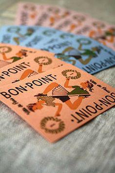 フランス製Marc Vidalのポイントカードセットです。 小さなプラスティックケースの中には、3色のポイントカードが4枚ずつ、合計12枚、入っています。 フランスの学校で、ご褒美として貰えたポイントカードを、おもちゃとして復刻した御品です。 デザインが楽しく、沢山入っていますので、メッセージのタグとしてつかっても楽しそうです。 サイズ:5x6.8センチ