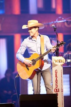 Dustin Lynch back on the Opry stage.... Like, look how adorable he is! And his voice is perfect... I melt just looking at this! Shewie!!