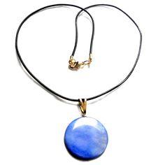 Colar com pingente em madrepérola azul e cordão em couro marrom,fecho folheado em ouro 18k  Antialérgico  Cordão: 44 cm  Pingente: 3 cm R$ 38,00