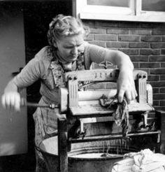 Mom had an old wringer washer. Vintage Photographs, Vintage Photos, Vintage Stuff, Vintage Posters, Old Pictures, Old Photos, Vintage Laundry, The Good Old Days, Homemaking