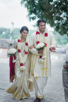 Shopzters is a South Indian wedding website - Wedding interests Indian Wedding Flowers, Indian Wedding Stage, Flower Garland Wedding, Indian Wedding Couple Photography, Indian Wedding Outfits, Wedding Garland Indian, Wedding Garlands, Indian Bride And Groom, South Indian Bride