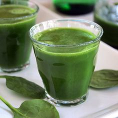 Pre niekoho je možno na pohľad nesympatický, ale v skutočnosti je veľmi zdravý. Hovoríme o nápoji, ktorý sa skladá 70% zo zeleniny a 30% z ovocia. Vďaka jeho prírodnému sfarbeniu nesie právom meno zelený nápoj. Osbahuje veľa vitamínu a minerálnych látok, navyše je plný živín a vlákniny. O jeho pozitívnych účinkoch pre zdravie už snáď ani nemusíme hovoriť. Bude to tvoj najlepší kamárat pri chudnutí a detoxikácii organizmu. Pozri si recept a dopraj si tento zelený nápoj ráno alebo dopoludia…