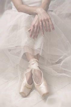 Ballerina uploaded by 𝓈𝒶𝓂𝒶𝓃𝓉𝒽𝒶 𝓈𝑒𝓇𝑒𝓃𝒶 ✰ on We Heart It Dance Like No One Is Watching, Just Dance, Ballet Art, Ballet Dancers, Dance Photos, Dance Pictures, Ballet Pictures, Ballerina Dancing, Ballerina Feet