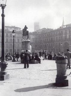 De Madrid al cielo: Álbum de fotografías y documentos históricos. - Urbanity.cc Plaza Mayor.1949. (Manuel Sanz Bermejo)