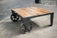 El estilo industrial bruto es lo que más no gusta sobre esta mesa, con sus grandes ruedas de hierro fundido y el final desgastado de su marco de metal. Una selección perfecta para un interior vintage.