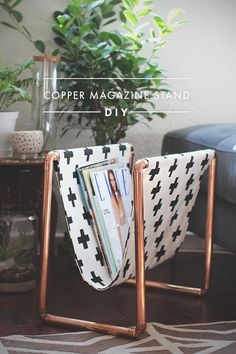 Magnifique range revue avec des tuyaux de cuivre ! makemydaybysimone.com | Craft the coolest magazine rack out of copper pipe and printed fabric. #DIY