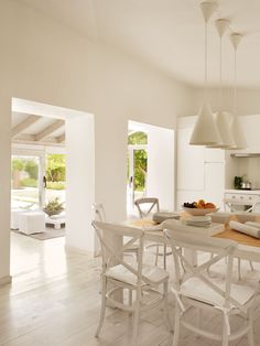 00326577b. Cocina en blanco con office abierta al salón 00326577b