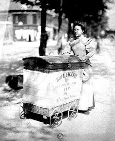 Eugene Atget - Porteuse de pain 1899