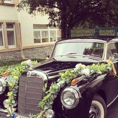 Autodekoration mit Girlande für Hochzeit