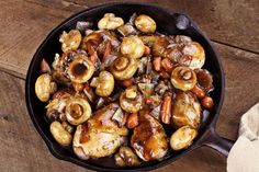 With our coq au vin recipe the classic of French cuisine becomes hearty and light at the same time. Perfect for anyone who wants to feast while on the diet. The post Recipe for a light coq au vin appeared first on Tasty Recipes. Turkey Recipes, Meat Recipes, Cooking Recipes, Healthy Recipes, Dinner Recipes, Online Recipes, Cooking Pork, Cooking Wine, Eat Healthy