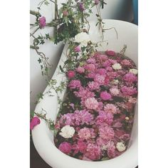 Yes to baths. Yes to #flowers. Double yes to flowers in the bath! Take a look at our blog today - it's all about the formula for the perfect #bath. Click the link in our bio, then head over to the blog! #relax #greenbeauty