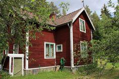 Kommande försäljning. Anmäl intresse! Mellan Ljusdal och Järvsö finns det här fina stället med avskilt läge utan grannar. Stor öppen tomt som gränsar mot skog och äng.