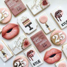 Cookie Icing, Royal Icing Cookies, Sugar Cookies Recipe, Cupcake Cookies, Cupcakes, Cookie Cake Birthday, Birthday Cake Decorating, Cookie Decorating, Kylie Birthday