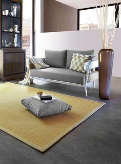 Tapis SISAL RIO chablis collection Unamourdetapis. Le tapis en sisal est un élément de décoration très apprécié pour ses qualités isolantes et sa robustesse. Ce tapis, réalisé en fibres végétales, se fond parfaitement dans une décoration d'intérieur axée nature. 3 autre couleurs et 6 dimensions disponibles. Réalisable sur-mesure. #tapis #unamourdetapis #tapisdeco #deco #decor #decoration #inspirationdeco #interieur #accessoiredeco #ideedeco #design #tapissisal #sisal #tapisnaturel #rio #chablis Sofa, Couch, Furniture, Home Decor, World, Yellow Rug, Natural Carpet, Natural Decorating, Modern Carpet