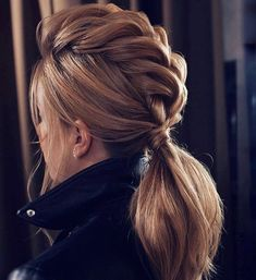 Wunderschöne Pferdeschwanz Frisur Ideen, die Sie in FAB verlassen No fuss updo! No need to go all out this Valentine's Day and do some crazy-complicated hairstyle. these gorgeous ponytail hairstyles are also perfect for wedding, modern but at the same tim Winter Hairstyles, Braided Hairstyles, Wedding Hairstyles, Indian Hairstyles, Faux Hawk Hairstyles, Everyday Hairstyles, Hairstyles Haircuts, Anime Hairstyles, Beach Hairstyles