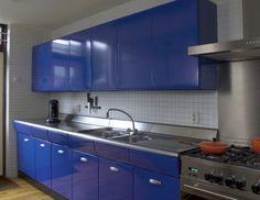 Blauwe American Kitchen met rvs werkblad