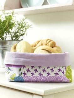 Dieser hübsche Brotkorb aus Stoff könnte bald auf Ihrem Frühstückstisch stehen. Folgen Sie der Anleitung und nähen Sie den Stoffkorb einfach selbst.