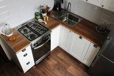 Кухня 6 кв.м. с белым гарнитуром и деревянной столешницей (15 фото)