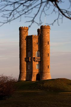 It is said that on a clear day, thirteen counties can be seen from the top of Broadway Tower in Cotswolds England And Scotland, England Uk, The Places Youll Go, Places To See, Beautiful Buildings, Beautiful Places, Chateau Medieval, Thinking Day, Kirchen