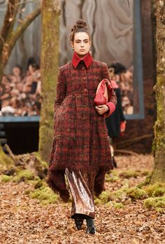 Discover the latest Ready-to-wear Category collection show on the CHANEL website. Explore all the Category pieces and discover the CHANEL fashion new trends. Winter Maternity Outfits, Winter Outfits For Work, Winter Outfits Women, Winter Fashion Outfits, Autumn Fashion, Fashion Black, Woman Fashion, Hijab Fashion, Fashion Fashion