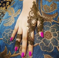 Women love to adorn their hands & feet with beautiful Punjabi mehndi designs no matter what the occasion is whether it is festival or Punjabi wedding! Henna Ink, Henna Body Art, Mehndi Tattoo, Henna Tattoo Designs, Henna Mehndi, Arabic Henna, Mehndi Art, Mehndi Desing, Henna Tattoos