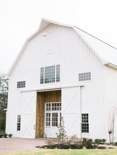The White Sparrow Barn is such a beautiful venue for a wedding, and we love how cute it looks in pictures! Captured by Elisabeth Carol Photography #bridesofnorthtx #wedding #venue