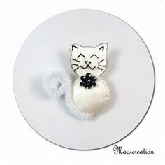 broche chat blanc fleur noire - Boutique www.magicreation.fr