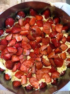 Festkake med jordbær og lime – NRK Mat – Oppskrifter og inspirasjon Fruit Salad, Lime, Food, Alcohol, Fruit Salads, Limes, Essen, Meals, Yemek