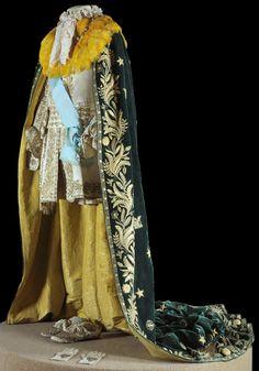 """Peças do traje majestático usado pelo imperador dom Pedro II.  """"Vestes da Sagração e Coroação – Para a sagração e coroação de D. Pedro II, a 18 de julho de 1841, foi criado um traje majestático, que veio a ser usado em seguida nas solenidades da abertura anual da Assembléia Legislativa"""". Teve o nome """"Veste de Cavaleiro"""", conforme publicação da época. """"[...] O traje foi composto numa concepção romântica do que seria o traje de um cavaleiro do Renascimento para uma investidura solene."""