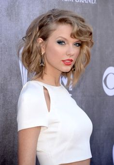 Taylor Swift arrives at the 2014 ACM Awards