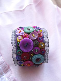 Cuff made of layered fabric and lace, embellished with vintage buttons and beads Textile Jewelry, Fabric Jewelry, Jewelry Art, Jewellery, Denim Bracelet, Fabric Bracelets, Diy Buttons, Vintage Buttons, Button Art