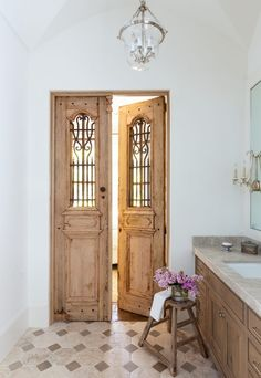 French interior design Marie Flanigan Interiors - Door Design - Bathroom with wooden doors - The Effective Pictur. House Design, Reclaimed Wood Door, House Interior, Wood Doors Interior, Home, Door Design Interior, Interior Barn Doors, Home Decor, French Doors Interior
