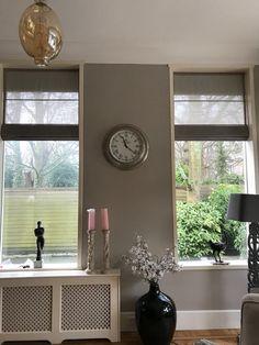 Grijze linnenlook in-between vouwgordijnen met kleine glans. Windows, Ramen, Window