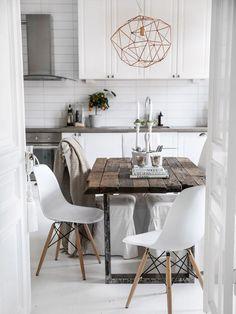 Beautiful white scandinavian interior design kitchen and dining room Kitchen Interior, Kitchen Decor, Design Kitchen, Kitchen Rustic, Kitchen White, Kitchen Storage, Kitchen Dining, Scandinavian Interior Design, Scandinavian Style