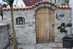 #Dekofenster Porta in einer #Mauer die als #Sichtschutz fungiert