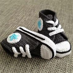 DIY Motive Ideas for Crochet Baby Shoes: Crochet shoes and booties are best for baby's delicate skin and protects a baby from external threats. A baby can Crochet Baby Shoes, Crochet Baby Booties, Crochet Slippers, Baby Blanket Crochet, Crochet Converse, Crochet Bebe, Love Crochet, Crochet For Kids, Knit Crochet