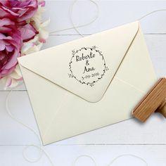 Los sellos personalizados de boda son perfectos para personalizar los sobres de las invitaciones, los regalos para los invitados, el libro de firma...