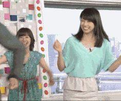 楽しそうに踊る加藤綾子(女子アナ、カトパン)のGIF画像