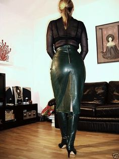 Blonde amateur at home modeling long green leather skirt and boots - Christmas Deesserts Green Leather Skirt, Leather Midi Skirt, Black Leather Skirts, Leather Skirt Outfits, Sexy Stiefel, Leder Outfits, Skirts With Boots, Skirt Boots, High Leather Boots