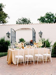 So much sunshiny goodness lately! This incredible vibrant autumn tablescape from Elisabeth Landry at Silver Lining Events is to-die-for! Catering Design, Floral Chair, Top Wedding Trends, Dallas Arboretum, Autumn Bride, Table Top Design, Grace Loves Lace, Beauty Studio, Wedding Invitation Design