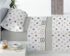 Juego de sábanas compuesto por tres piezas, sábana bajera, encimera y almohadón. Disponible en diferentes medidas.